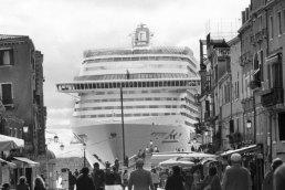 3-gianni-berengo-gardin-una-grande-nave-vista-da-via-garibaldi-mentre-passa-davanti-alla-riva-dei-sette-martiri-dopo-aver-lasciato-il-bacino-di-san-marco-venezia-2-600x400